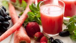 AL-Illu-Karottensaft-Smoothie-rot-Erdbeer-Shutterstock