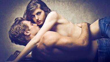 AL-Sex-abnehmen-shutterstock_106621625 (jpg) Päärchen hat Sex auf Tisch