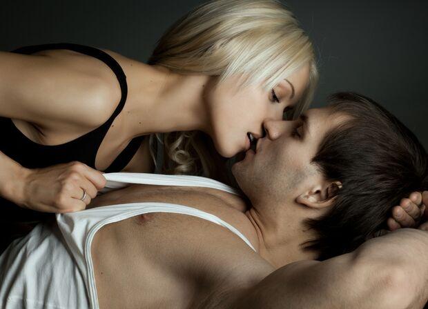 AL-Sex-abnehmen-shutterstock_110495450 (jpg) Frau küsst Mann kurz vorm Sex