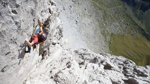 Babsi Zangerl klettert Kampfzone (8b+, 5 SL) im Rätikon