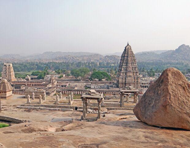 Boulder und Virupaksha-Tempel in Hampi, Indien