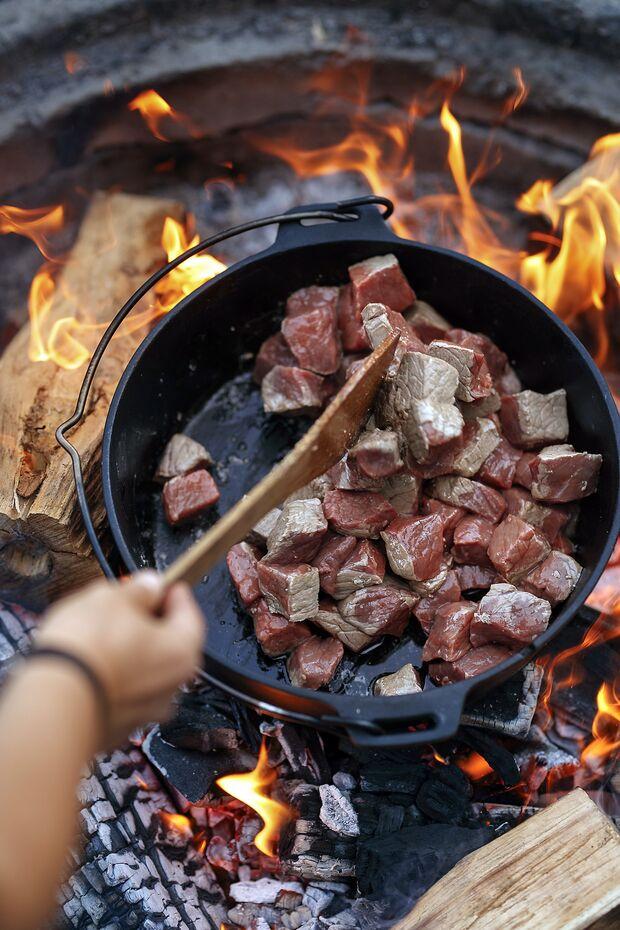 Camp Cooking: One-Pot Gerichte für kalte Tage am Lagerfeuer
