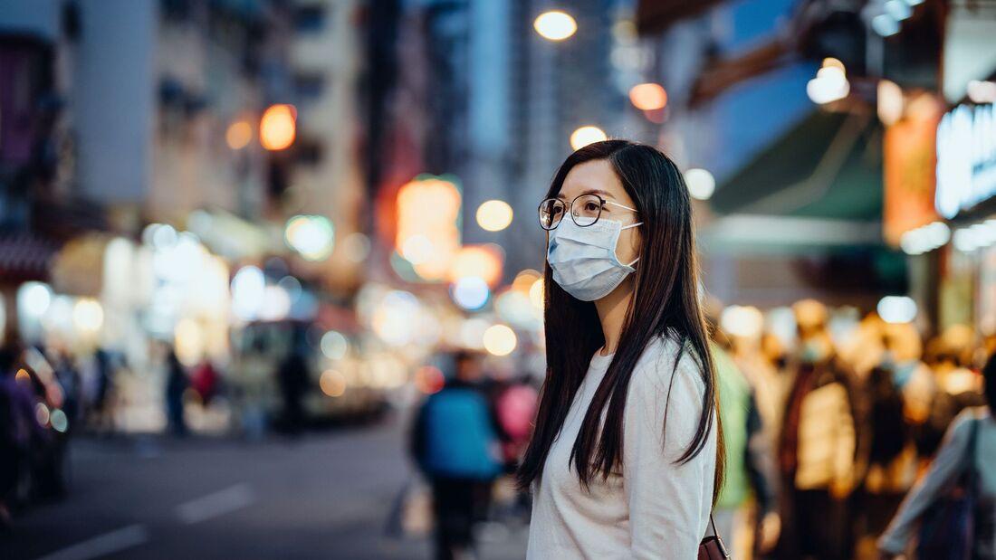 Coronavirus in Asien - Frau mit Atemschutzmaske