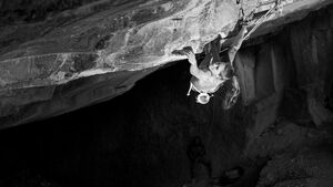 Eva Hammelmüller klettert Underground (8c+/9a) in Arco