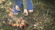 Feuer machen mit Feuerstahl