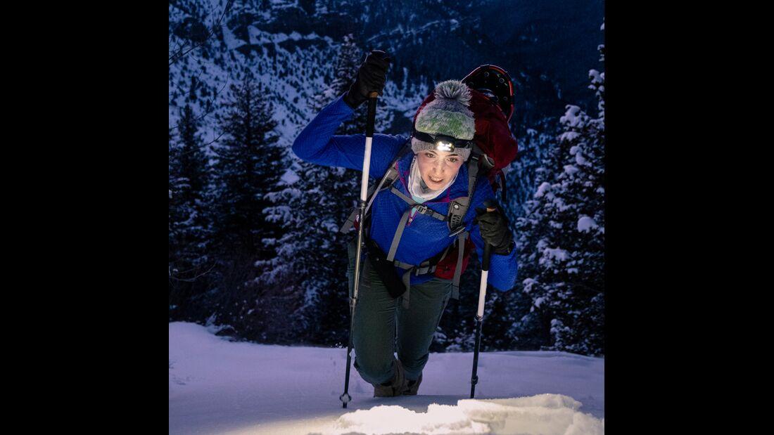 Frau im Schnee - Winterwandern - Skitour - Stirnlampe