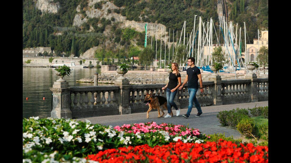 Garda Trentino - Riva del Garda - Coppia a passeggio con il cane