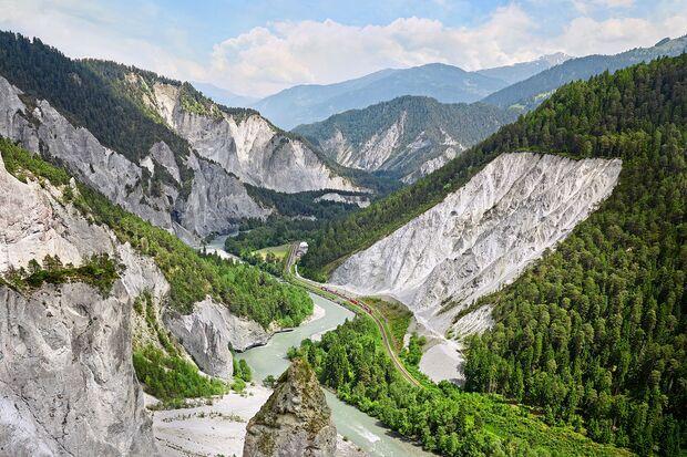 Glacier Express in der Rheinschlucht