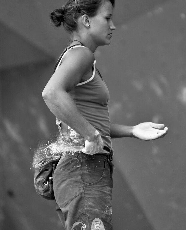 KL Anna Stöhr chalkt beim Rockmaster 2010 in Arco