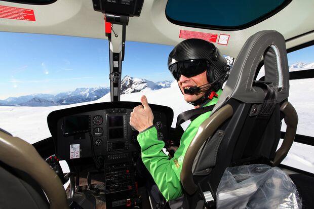 KL_Bergrettung_Simone Moro piloting Hubschrauber