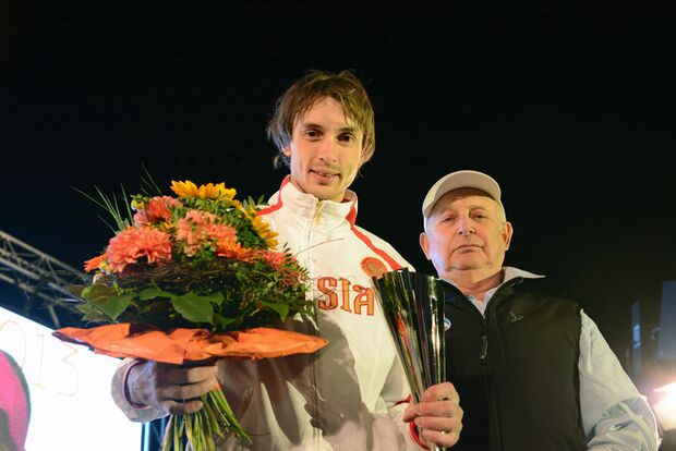 KL_Boulder Worldcup Muenchen 2013_Dmitrii Sharafutdinov_RUS_mit dem Pokal fuer den Sieg im Gesamt-Worldcup_SKE_7176 (jpg)