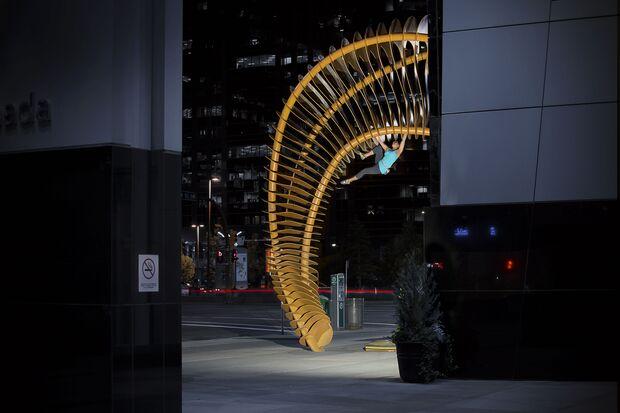 """KL CEWE Fotowettbewerb 2013 Leserfotos Christian Semm - Lesertext: Krystal Chin´s Terrain ist normalerweise der Fels. Hier versucht sie sich im erstmals im \""""buildering\"""" Downtown von Calgary. neu"""