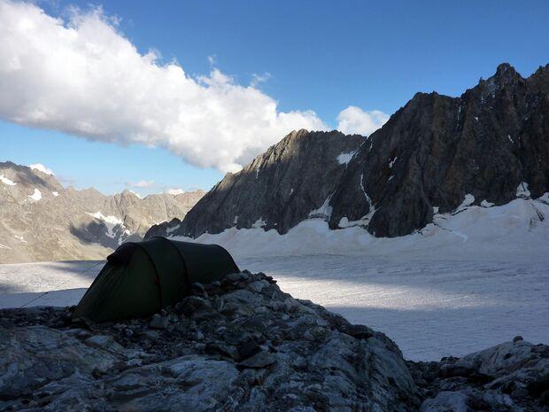 KL CEWE Fotowettbewerb 2013 Leserfotos Michael Semle - Lesertext: Bild 1 : Südfrankreich (Briacon) Barre des Ecrins 4101m, Übernachtung auf dem                 Gletscher im Zelt auf 3000m. Abenteuer pur!     Bild 2 : Italien (Traversella) 6b+ Dach, sehr s
