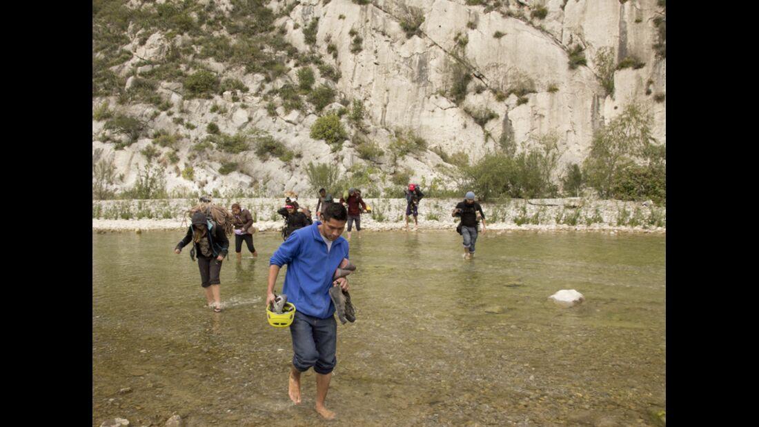 KL-Escalando-Fronteras-Charity-Klettern-Mexiko-Durchquerung-eines-kleinen-Flusses-im-Kletergebiet-La-Huasteca-bei-Monterrey-gelegen (jpg)