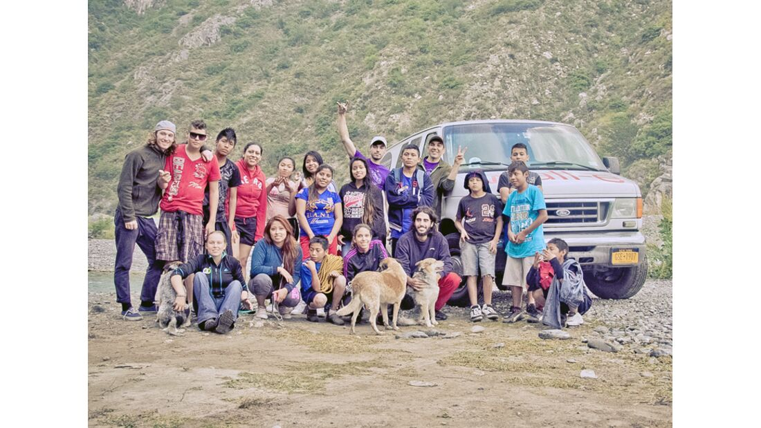 KL-Escalando-Fronteras-Charity-Klettern-Mexiko-Escalando-Frontersas-Team-mit-den-Jugendlichen-bei-einem-Tagestrip-ins-Klettergebiet-La-Huasteca (jpg)