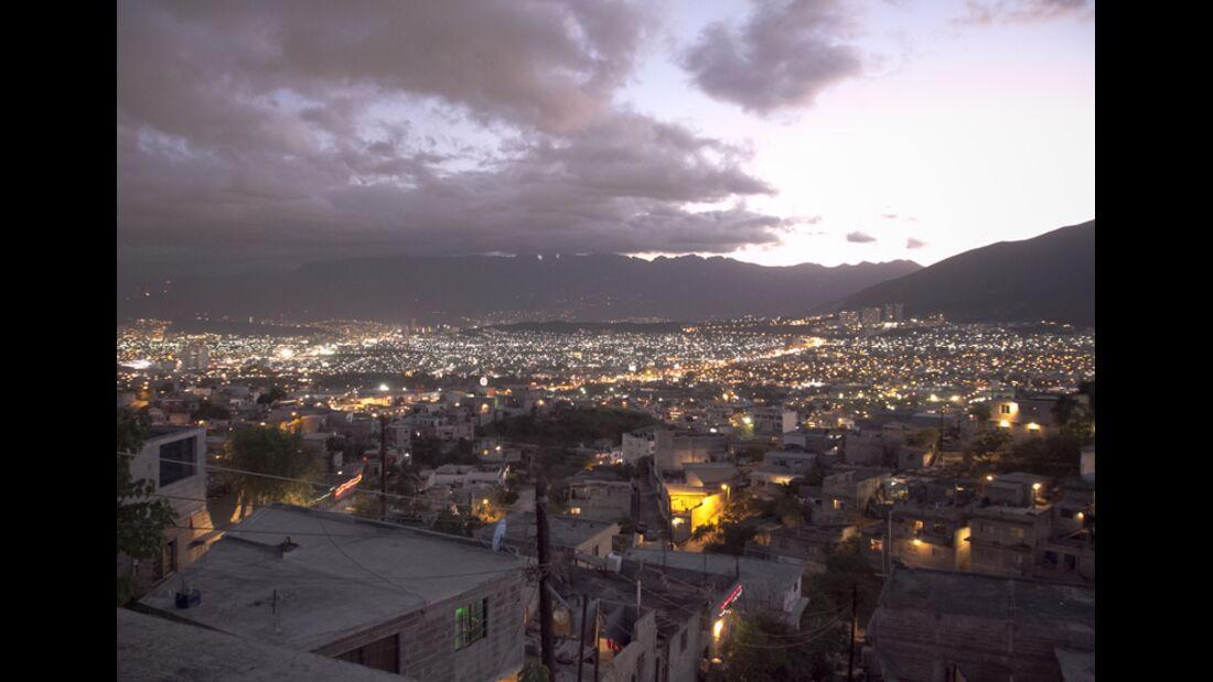 KL-Escalando-Fronteras-Charity-Klettern-Mexiko-Monterrey-by-night (jpg)