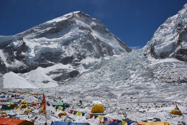 KL-Everest-Tragoedie-Sherpa-Hilfe-05-Basislager-vor-Khumbu-Eisfall (jpg)