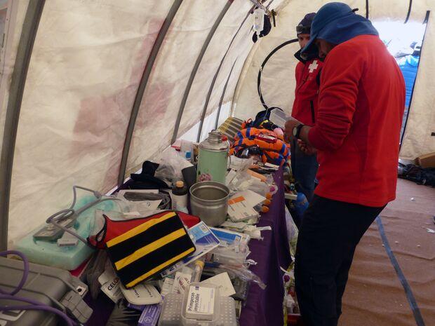 KL-Everest-Tragoedie-Sherpa-Hilfe-06-Medizinzelt-1 (jpg)
