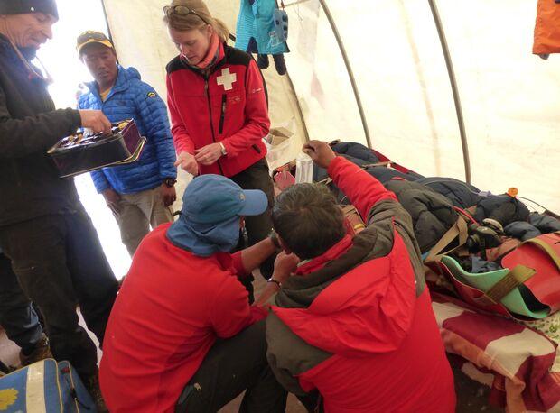 KL-Everest-Tragoedie-Sherpa-Hilfe-07-Medizinzelt-2 (jpg)