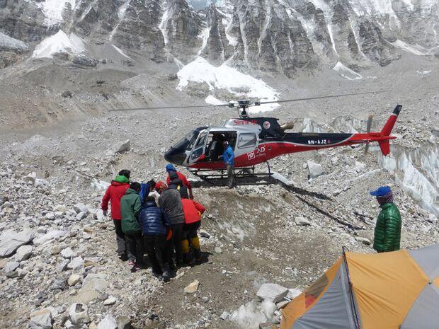 KL-Everest-Tragoedie-Sherpa-Hilfe-10-Patient-wird-zum-Hubschrauber-getragen-2 (jpg)