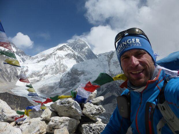 KL-Everest-Tragoedie-Sherpa-Hilfe-18-Gipfel-Kalar-Patthar,-im-Hintergrund-Everest (jpg)