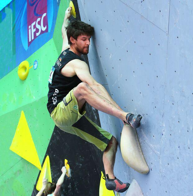 KL Jan Hojer demonstriert Beweglichkeit beim Bouldern