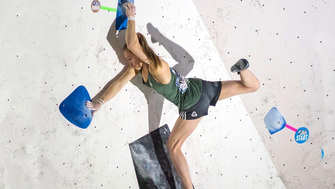 KL Janja Garnbret klettert im Boulder-Weltcup Tokio 2017
