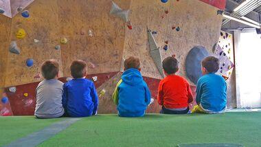 KL Kinder in der Boulderhalle - Klettern mit U6-Kids