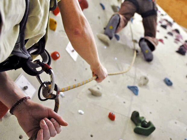 KL Sicherungsgeraet - Sichern in der Kletterhalle