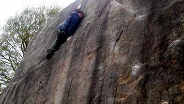 KL Teaserbild Paraclimber bouldert im Peak District einbeinig