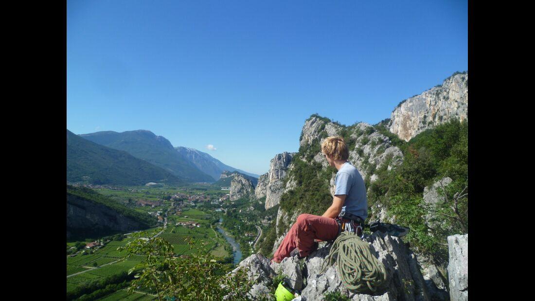 KL-alpines-Sportklettern-Sarcatal-Gardasee-c-Franz-Heiss-Blick Richtung Gardasee