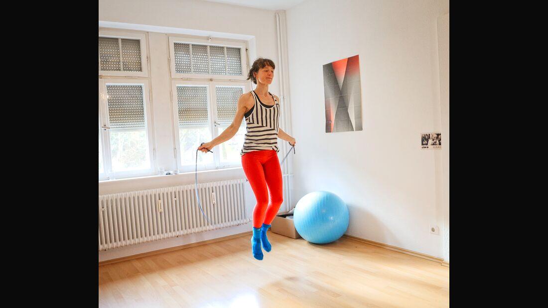 Knieschmerzen vorbeugen: Aufwärmen mit dem Springseil