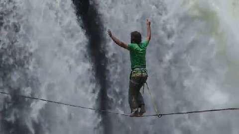 Lukas Irmler: Slacklining at Victoria Falls