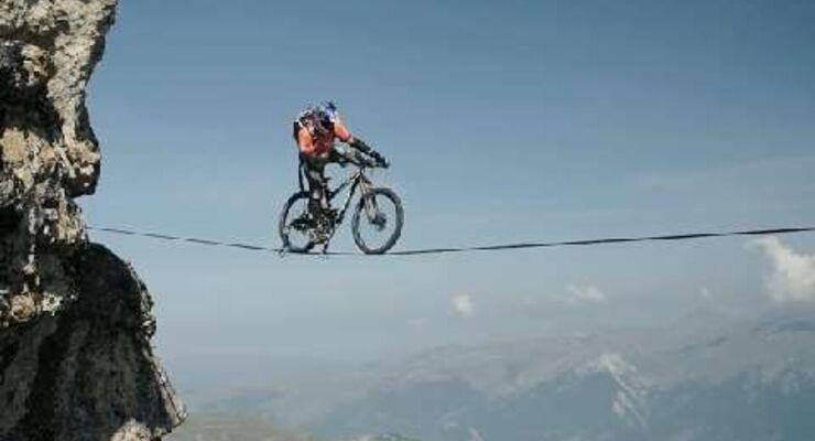 MB Video Irre! Mit dem Bike über die Slackline Kenny Belaey Balance