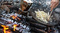OD 0916 camp cooking outdoor küche draußen kochen zwiebeln
