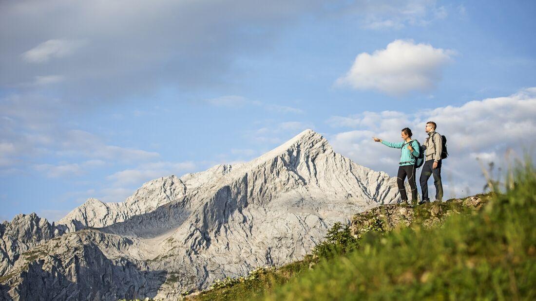 OD-2018-Bayern-Sonderheft-Wetterstein_17_GaPa_Wanderer_vor_Alpspitze_Markt_Garmisch-Partenkirchen_ChristianStadler (jpg)