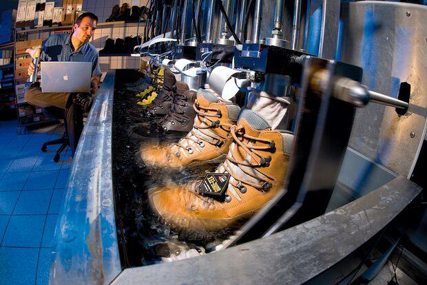 OD Schuhe Dichtigkeitsprüfung Test Gehsimulator Wandertiefeltest Wasserbad Nässe