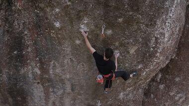 Philipp Gassner klettert Action directe (11) im Frankenjura
