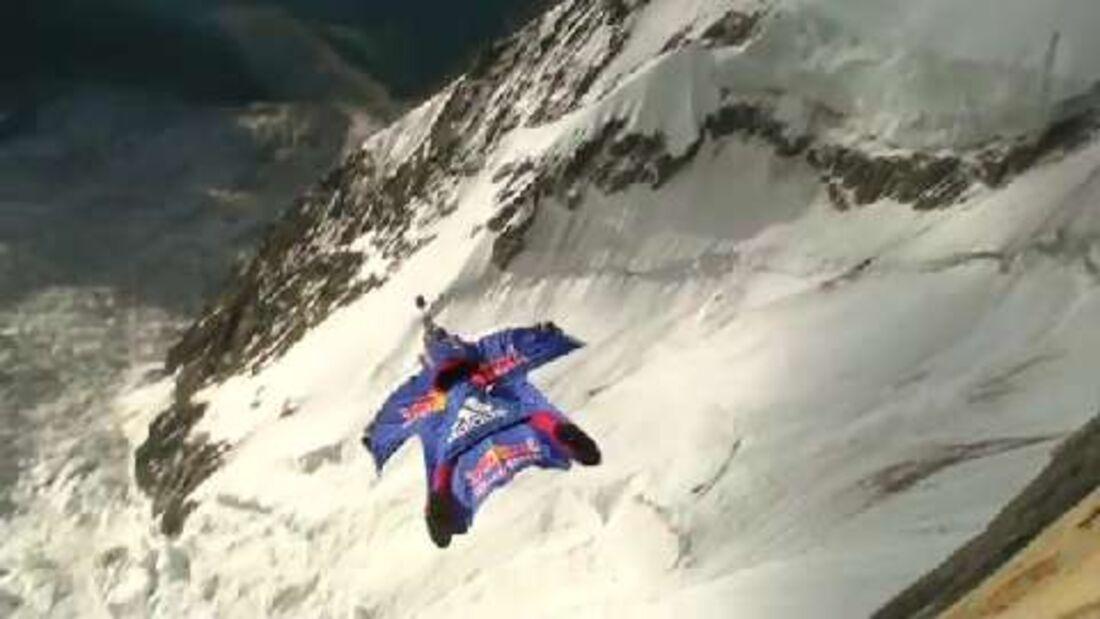 Red Bull From Top to Base: Valery Rozov springt als erster Base-Jumper von italienischen Seite des Mont Blanc