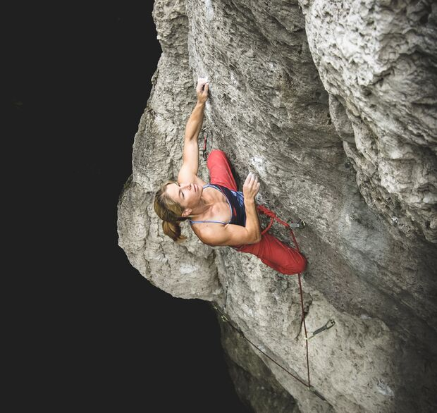 Sarah Kampf klettert im Frankenjura