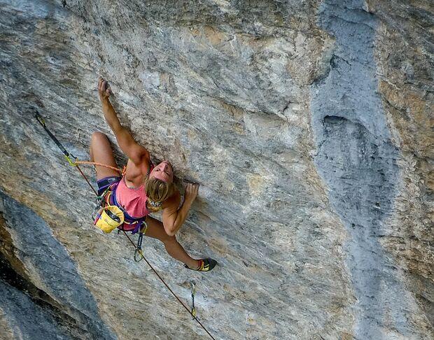 Solveig Korherr klettert La Cabane du Canada 9a in Rawyl