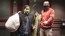 Spendenaktion an Weihnachten von grüezi bag, Verteilung von Schlafsäcken an Obdachlose