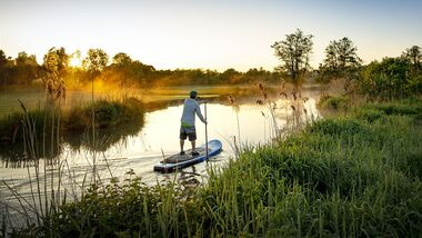 Stand Up Paddling im Sonnenuntergang