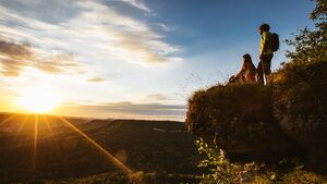 Wanderer im Sonnenuntergang oberhalb von Onstmettingen