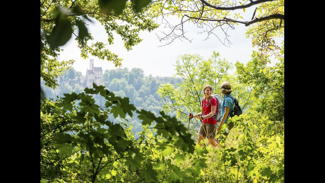 Wanderinnen auf der Schwäbischen Alb - Schloss Lichtenstein