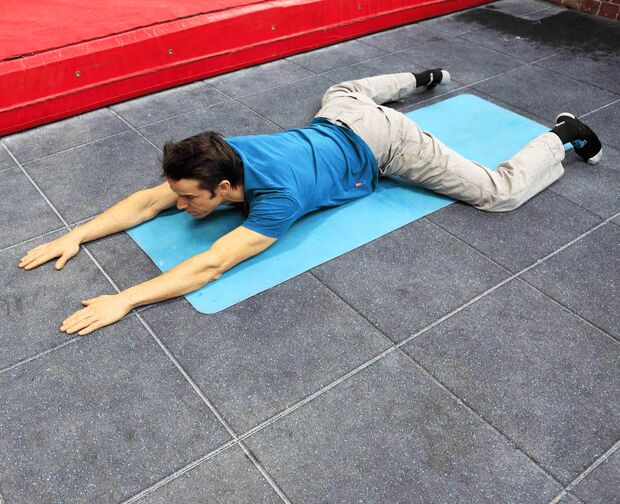 kl-besser-klettern-coaching-lattice-training-tom-randall-lying-frog-stretch-3 (jpg)