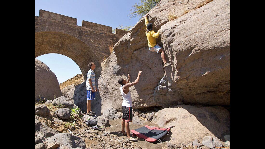 kl-bouldern-kapverden-mario-klettert-cabessa-monte-5b-c-ibo-guengoer (jpg)
