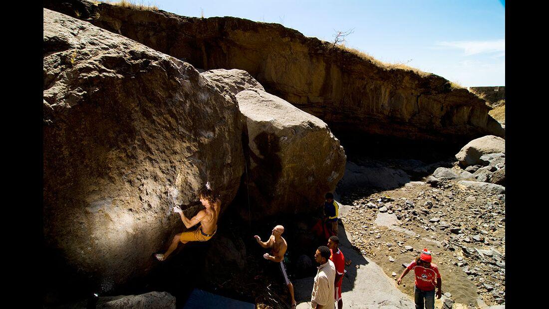 kl-bouldern-kapverden-musti-klettert-devil-7c+-c-thomas-schermer (jpg)