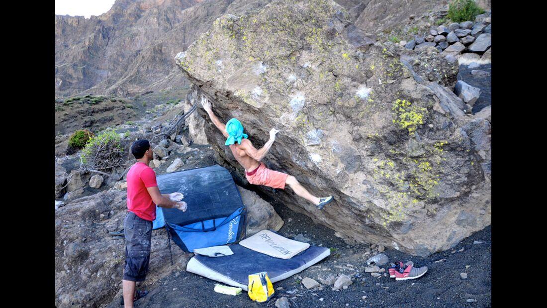 kl-bouldern-kapverden-musti-klettert-nograd-8a-c-teo (jpg)