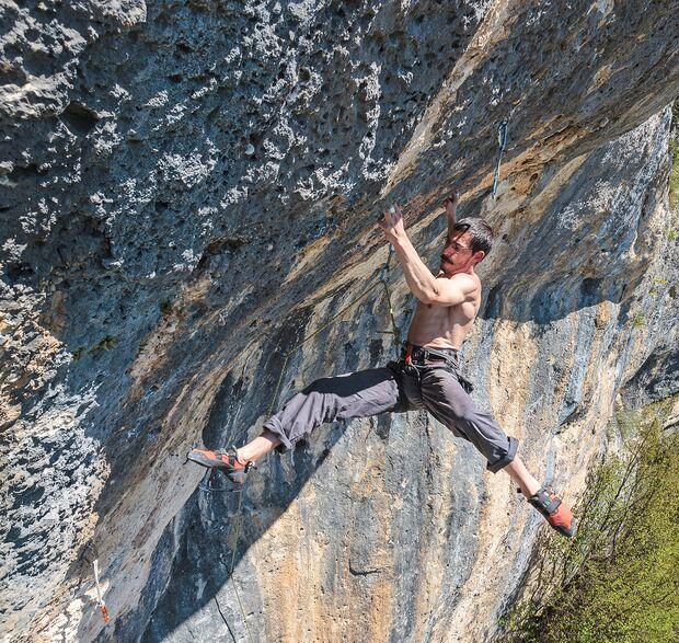 kl-klettern-bosnien-herzegovina-Julien-Mayet-klettert-Kraljevi-Svijeta-8a-im-Klettergebiet-Pecka_1-c-David-Lemmerer (jpg)
